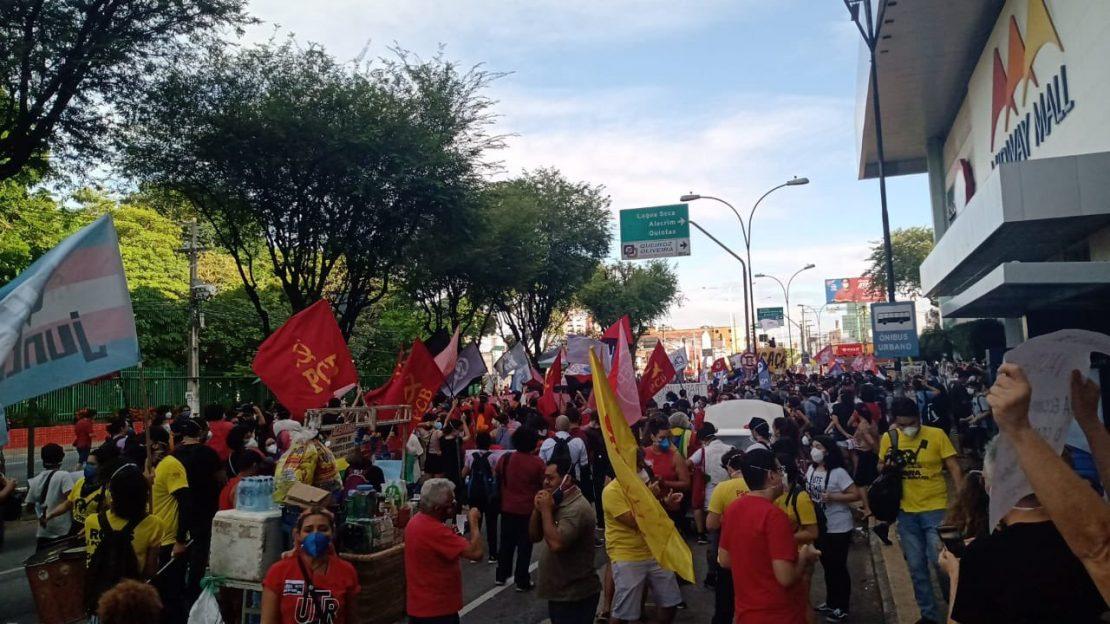 Manifestação em frente ao Midway contra Bolsonaro