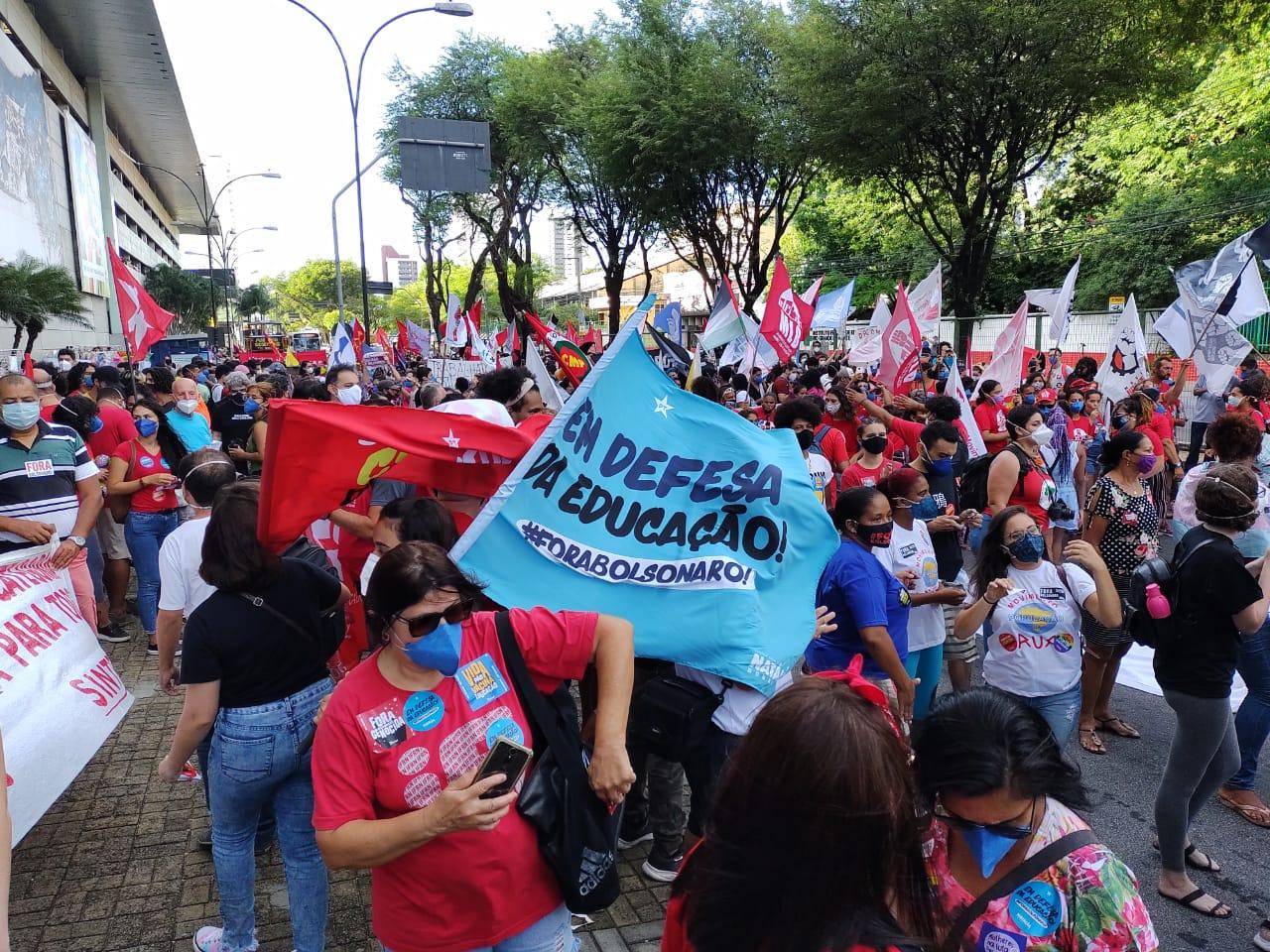 Manifestação em frente ao Midway