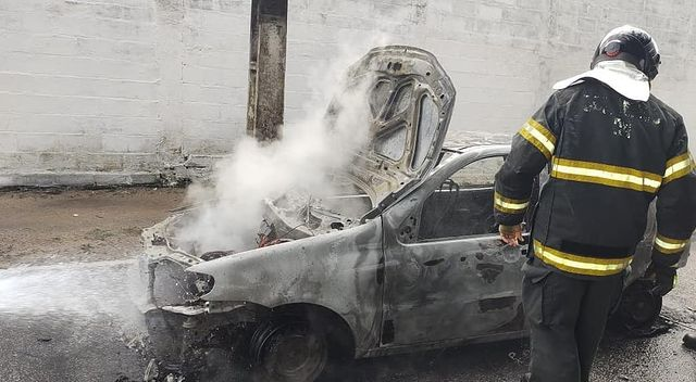 Bombeiros controlam chamas em carro