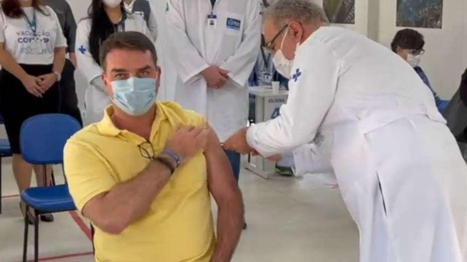 Flávio postou um vídeo em redes sociais recebendo o imunizante do ministro da Saúde, Marcelo Queiroga. Foto: Reprodução/Instagram