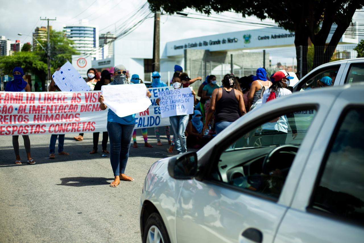 Mulheres de presos protestam