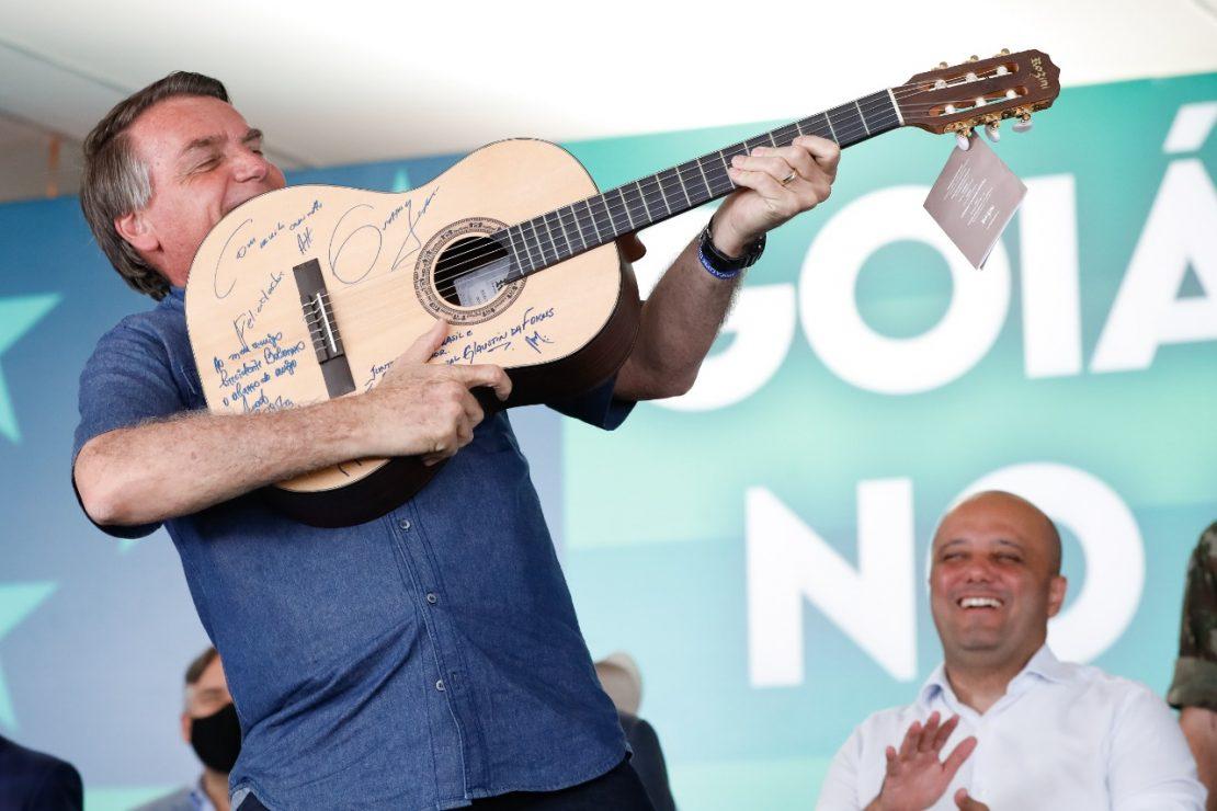 Jair Bolsonaro pega violão como arma - Foto: Alan Santos/PR